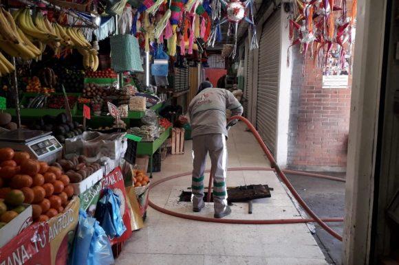 Limpieza y desazolve de Hospital del Niño y Mercado 16 de Septiembre a cargo del OAyST