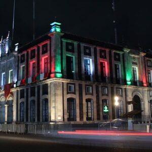 Toluca se ilumina de verde, blanco y rojo durante el mes patrio
