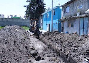 Con trabajos de rastreo y nivelación, mejora Toluca caminos rurales