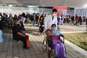 Más de 98 mil adultos mayores vacunados en Toluca, se invita a quienes faltan a asistir este viernes