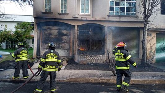 Sofocan Bomberos de Toluca incendio originado en pipa de gas LP